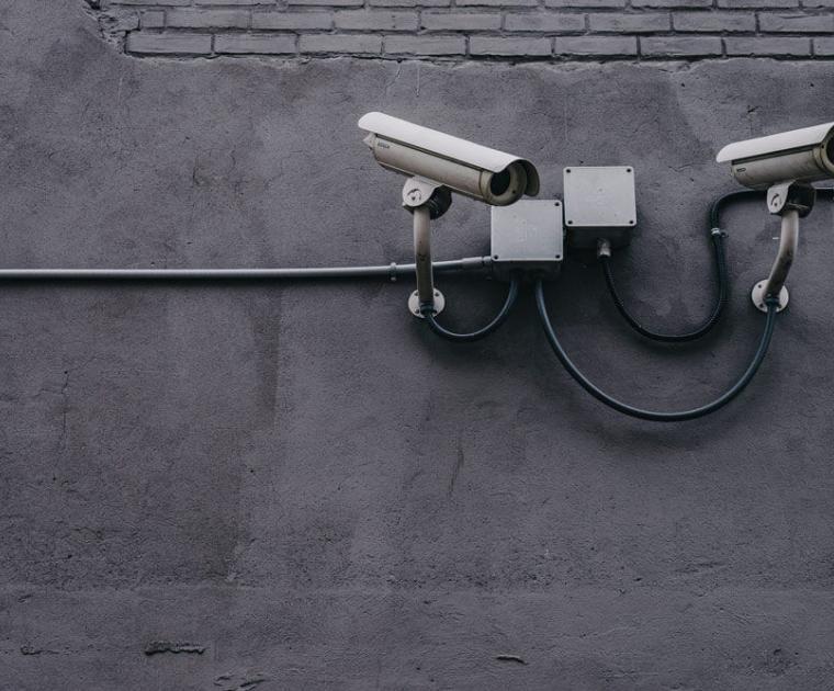 Sinnbild für Datensammlung, Überwachungskameras an Hauswand