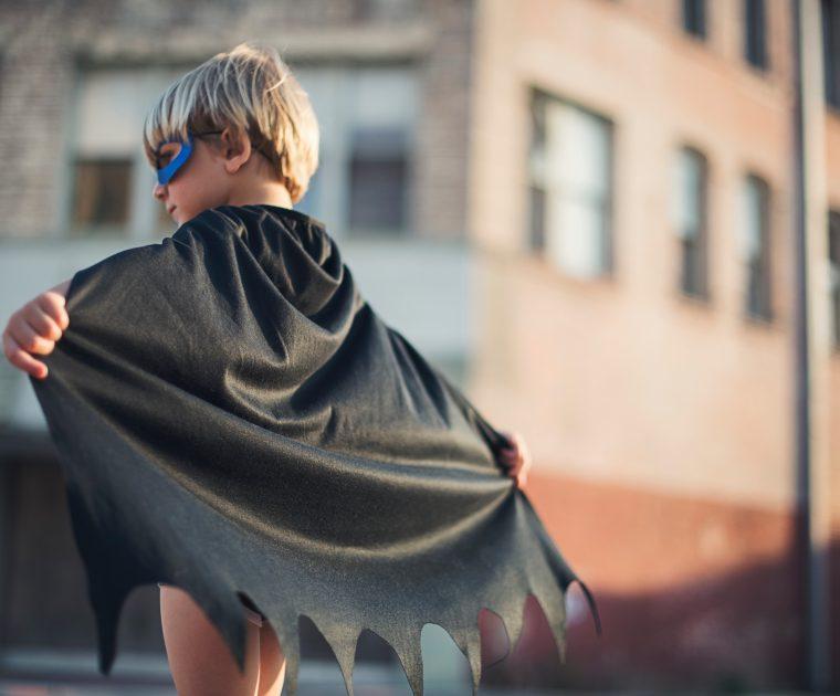 Sinnbild für Recruiting - Junge in Batman-Kostüm