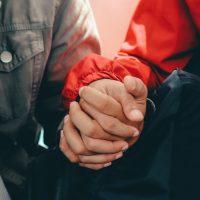 Sinnbild für Vertrauen: Hände halten