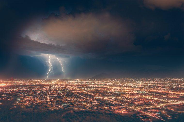 Sinnbild für Shitstorm - Sturm und Blitz über einer Stadt