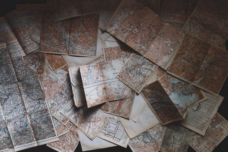 Sinnbild für Customer Journey Map: alte Landkarten