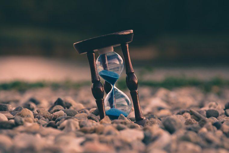 Sinnbild für Die Marketing Sanduhr – Sanduhr mit blauem Sand