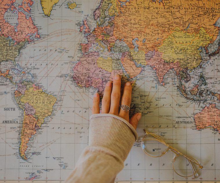 Sinnbild für Empathie Map - weibliche Hand auf Landkarte